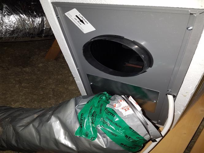 Emhætterør er ikke monteret på motordelen, så alt kondensen bliver blæst ud på loftet