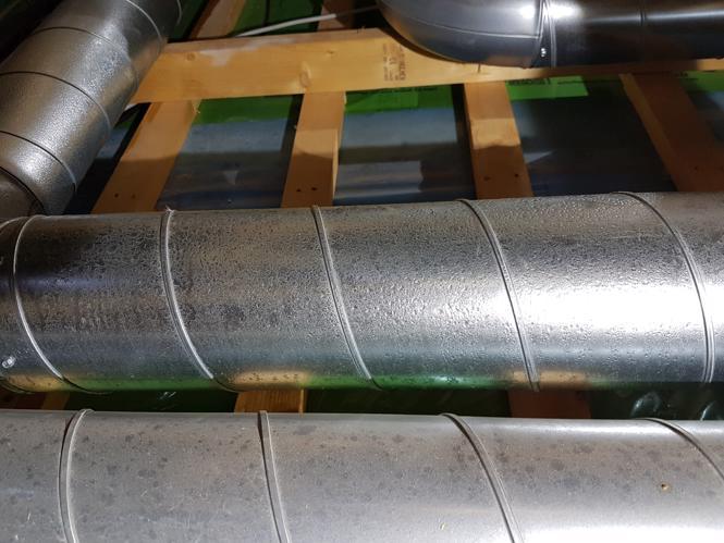 Kondens på uisoleret ventilationsrør på loft