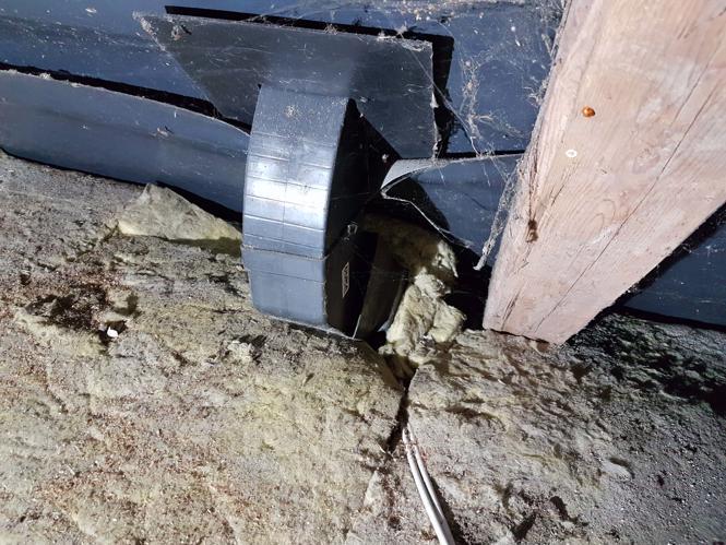 Utæt rør fra emhætterør, som vi opdagede i forbindelse med efterisolering af loftet
