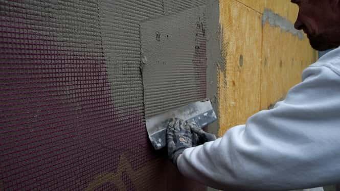 Ilægning af armeringsnæt i facadeisolering